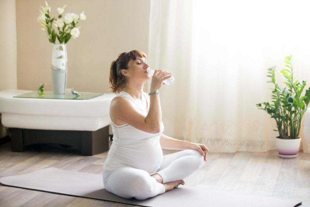 Embarazada bebiendo agua