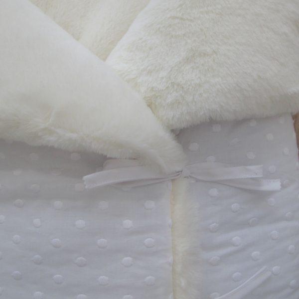 SACO-BEBE-CAPAZO-TELA-blanca-topos-bordados-pelo-blanco-roto